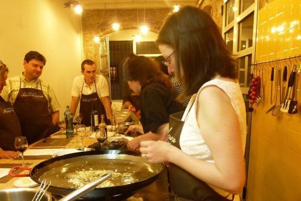from-the-market-to-the-kitchen5_cooking_workshop_team-building_barcelona_incentives_groups_amfivia_opt-3