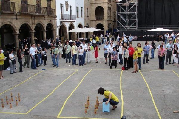team-building-barcelona-amfivia-catalan-traditions-bitlles-_opt