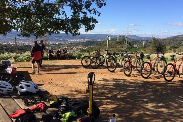 mountain-biking_natural-park_team-building_barcelona_corporate-event_sport_outdoor_experience_team-3