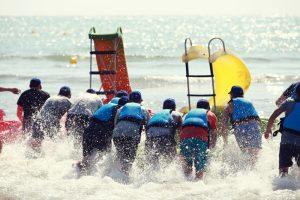 Une journée à la plage: divertissement en équipe sur le sable